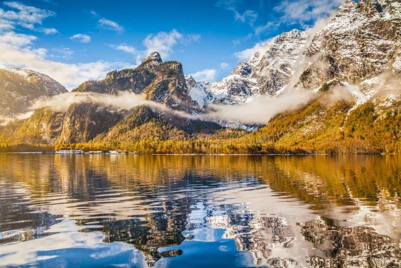 Idyllische Herbstlandschaft mit Bergsee und Alpen lizenzfreie stockfotografie