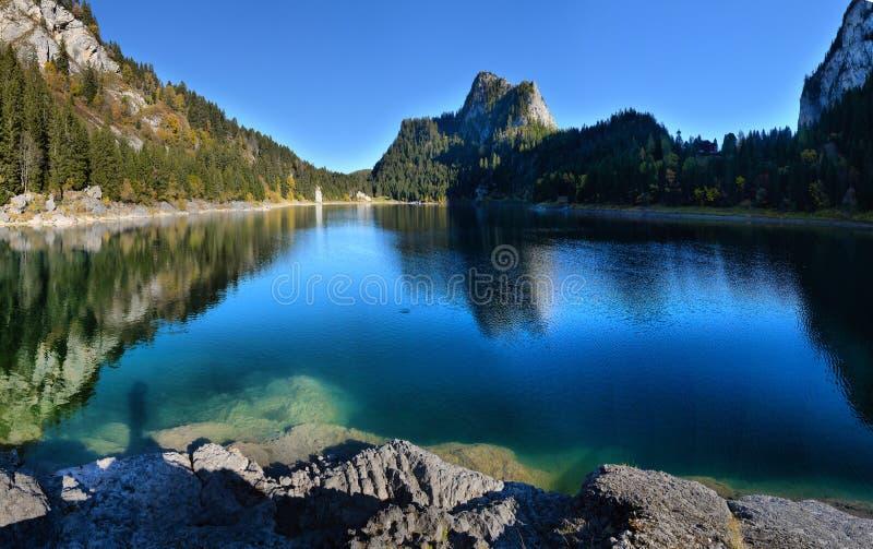 Idyllische Herbstszene in den Alpen mit Gebirgsseereflexion stockfotografie