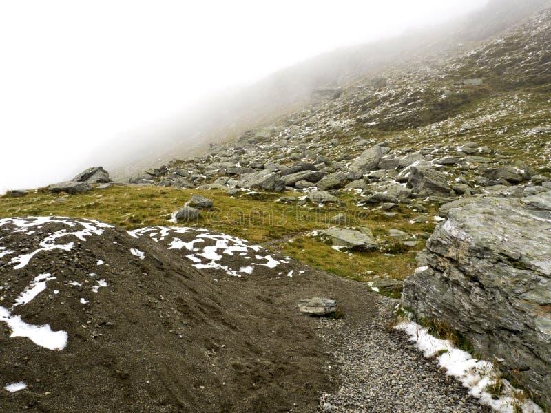 Idyllische Herbstszene in den Alpen mit Gebirgsseereflexion lizenzfreies stockbild