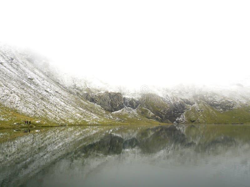 Idyllische Herbstszene in den Alpen mit Gebirgsseereflexion stockbilder