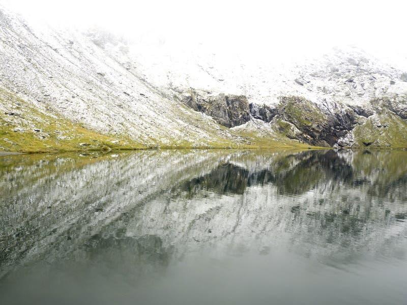 Idyllische Herbstszene in den Alpen mit Gebirgsseereflexion lizenzfreie stockfotografie