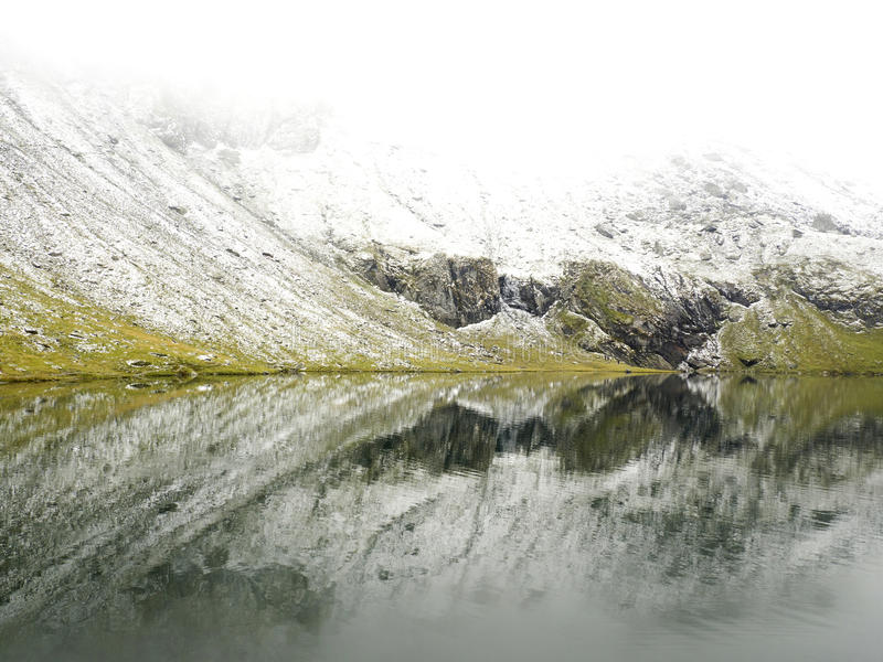 Idyllische Herbstszene in den Alpen mit Gebirgsseereflexion stockfoto