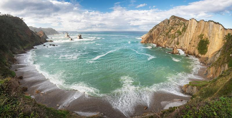 Idyllische Küstenlinienpanoramalandschaft in Cantabric-Meer, Playa Del Silencio, Ruhestrand Asturien, Spanien lizenzfreies stockbild