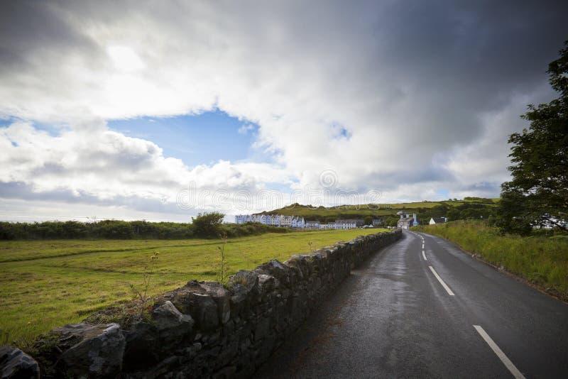 Idyllische Land-Straße nach Regen stockfotos