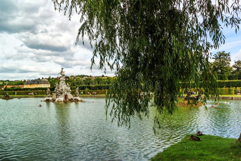 Idyllische Landschaft eines formalen Gartens mit See, Schloss Veitshoechheim, Deutschland lizenzfreie stockfotos