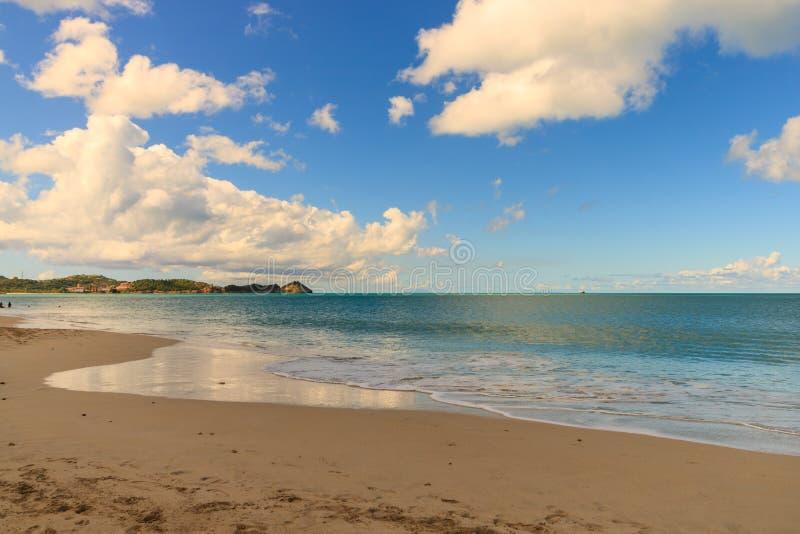 Idyllische middag bij het strand in Barbados stock afbeelding