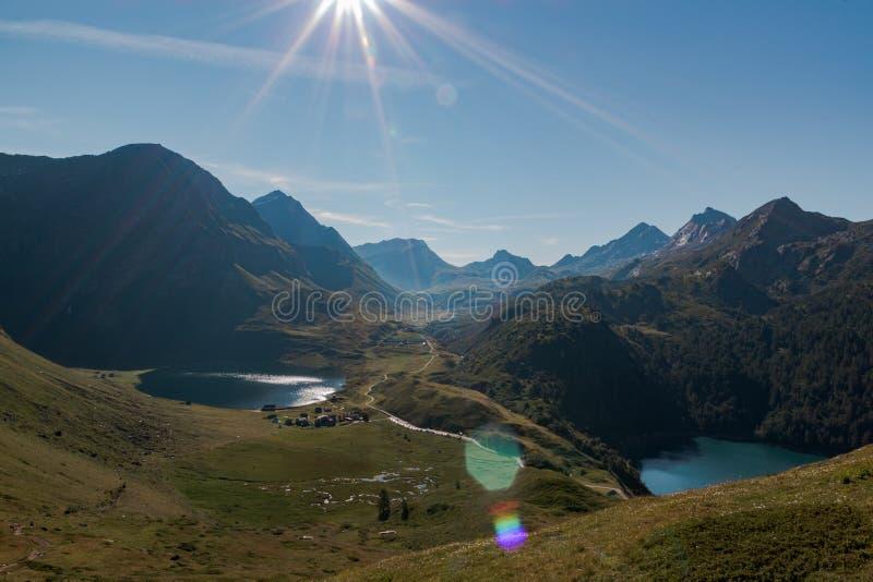 Idyllische panoramisch in valpiora omringd door bergenwaaier in een zonnige dag Zwitserse alpen, Ticino royalty-vrije stock afbeeldingen