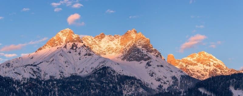 Idyllische sneeuwbergpieken, het plaatsen zon in de winter, landschap, Alpen, Oostenrijk stock afbeelding