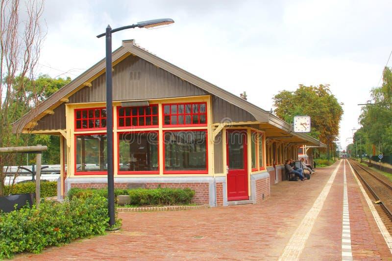 Idyllischer Bahnhof im Dorf Den Dolder, die Niederlande stockbild