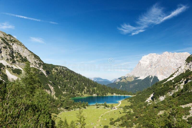 Idyllischer blauer Gebirgssee in den österreichischen Alpen lizenzfreie stockbilder