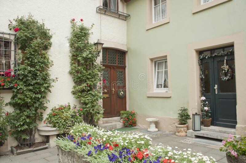 Idyllischer Blumengarten in der Stadt. stockbilder
