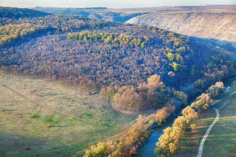 Idyllischer Fluss und Hügel stockbilder
