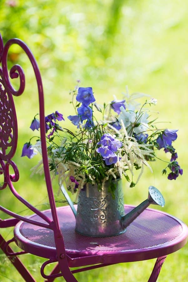 idyllischer garten stockbild bild von bew sserung bunt 31881451. Black Bedroom Furniture Sets. Home Design Ideas