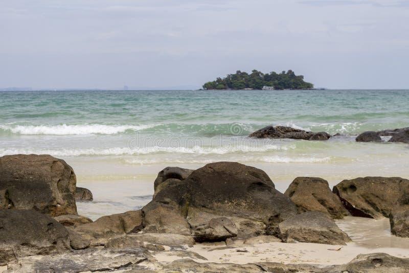 Idyllischer Meerblick mit vulkanischen Steinen auf weißem Sand Türkisblaumeer und Himmelansichtfoto Tropische Strandtageslandscha lizenzfreie stockbilder