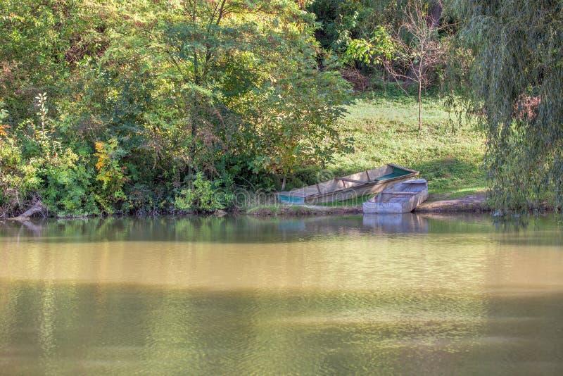 Idyllischer Platz mit Booten auf dem Wasser lizenzfreie stockbilder