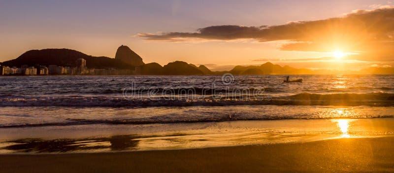Idyllischer Sonnenaufgang in Copacabana-Strand in Rio de Janeiro, Brasilien lizenzfreie stockfotografie