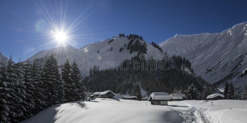 Idyllisk österrikisk bergby royaltyfria foton