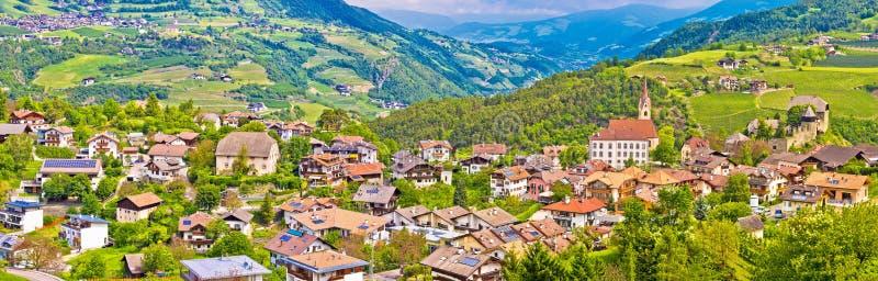 Idyllisk alpin by av Gudon arkitektur och landskappanoren royaltyfria bilder