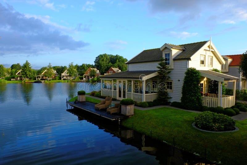 Idyllisk ferie returnerar lakeside vid soluppgång arkivfoton