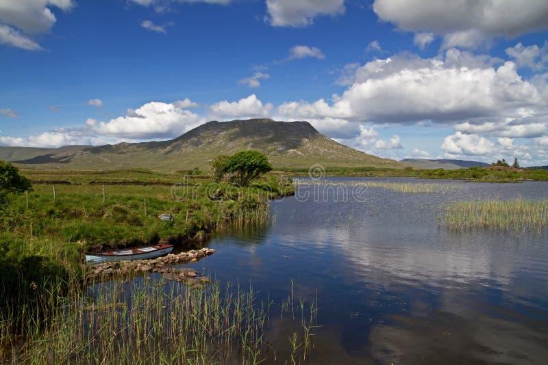 idyllisk irländsk bergsikt arkivfoton