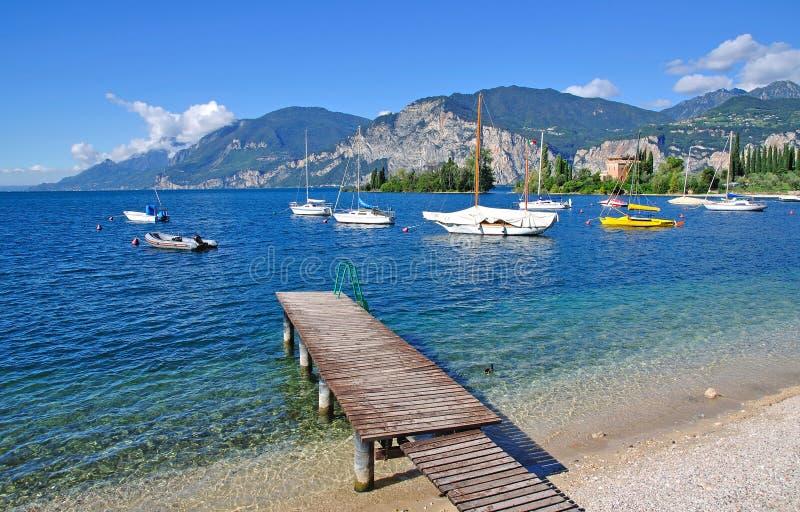 idyllisk lake för garda royaltyfria bilder