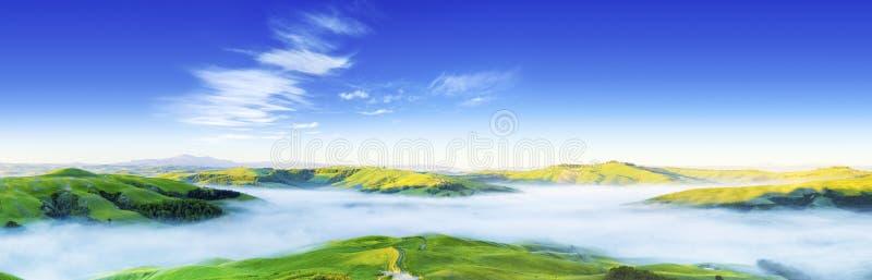 Idyllisk sikt, dimmiga Tuscan kullar på soluppgång royaltyfri fotografi