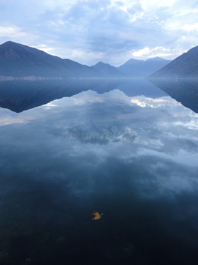 Idyllisk sjö royaltyfri bild