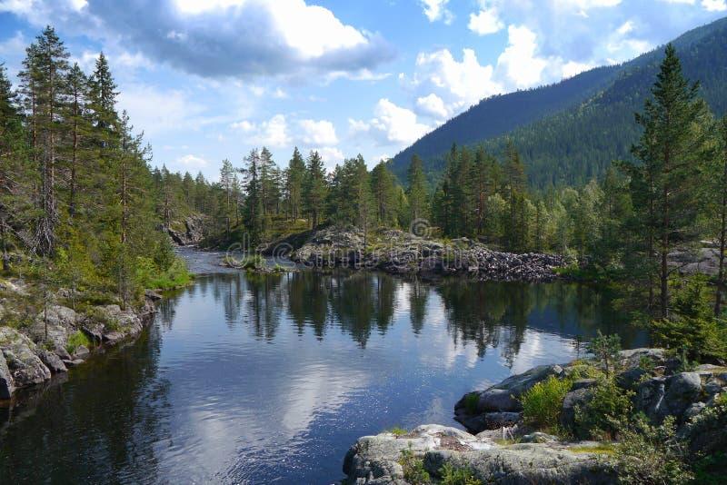 Idyllisk sjö i Norge fotografering för bildbyråer