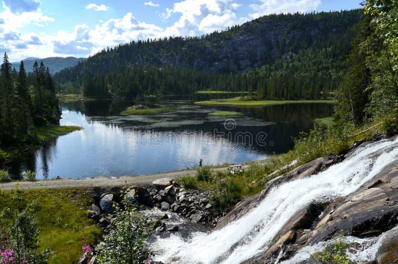 Idyllisk sjö och vattenfall i Norge royaltyfria foton