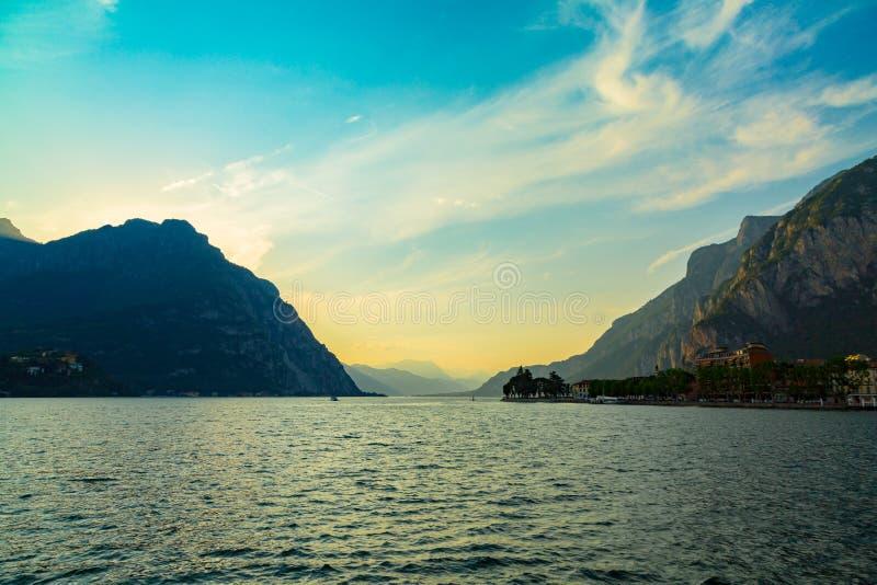 Idyllisk solnedgång över sjön Como och Monutains som tas från den Lecco staden, Lombardy, Italien royaltyfria foton
