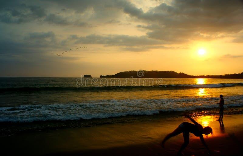 Idyllisk solnedgång på en strand i Costa Rica arkivfoton