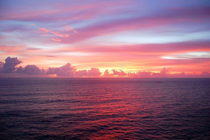 Idyllisk solnedgånghimmel fotografering för bildbyråer