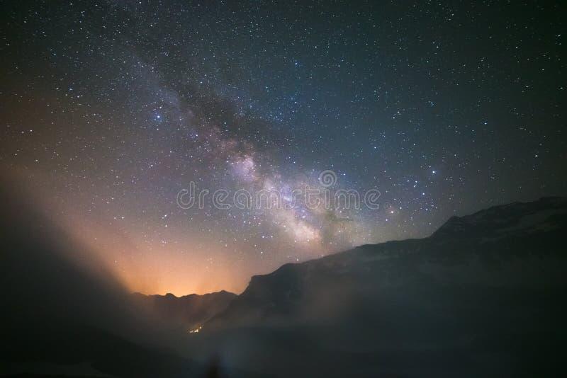 Idyllisk Vintergatan med moln och dimma i fjällängarna arkivfoton