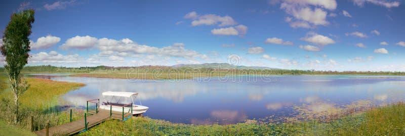 idylliska våtmarker för lakemareebapanorama arkivbild