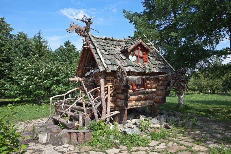 IEKATERINBOURG, RUSSIE - 2 JUIN 2015 : Photo de la hutte de Baba Yaga Parc de Tagansky images stock