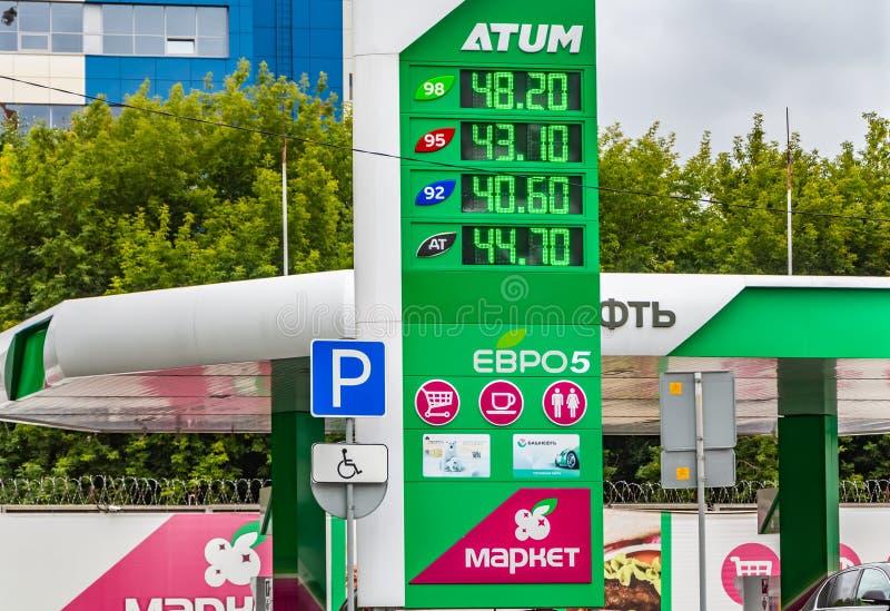 Iekaterinbourg, Russie - 08 24 2018 : Le tableau indicateur lumineux vert avec des prix d'essence à la station service images libres de droits