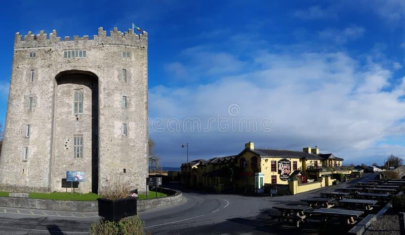 Ierland - 30 Nov. 2017: Mooie mening van beroemdste Kasteel van Ierland ` s het en Ierse Bar in Provincie Clare royalty-vrije stock afbeelding