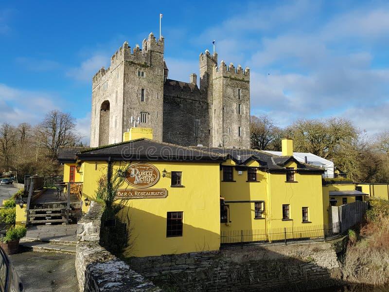 Ierland - 30 Nov. 2017: Mooie mening van beroemdste Kasteel van Ierland ` s het en Ierse Bar in Provincie Clare stock afbeelding