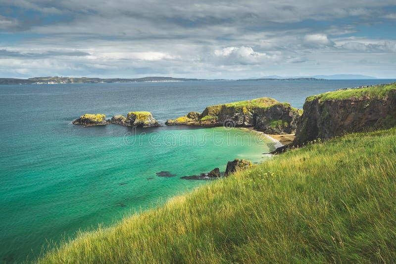 Ierse baai met turkoois water Noord-Ierland stock afbeeldingen