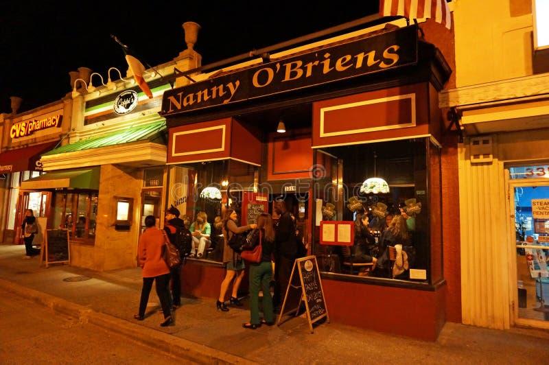 Ierse Bar bij Nacht op de Dag van Heilige Patrick royalty-vrije stock afbeelding