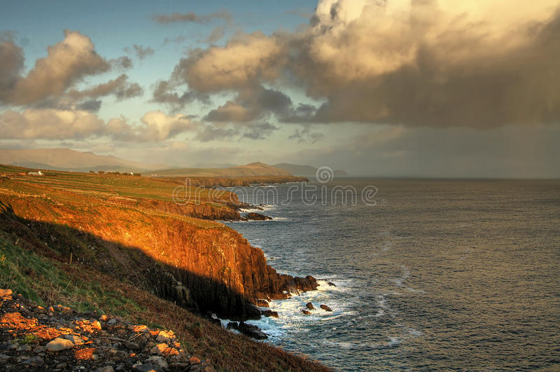 Ierse kustlijn bij zonsondergang royalty-vrije stock afbeeldingen