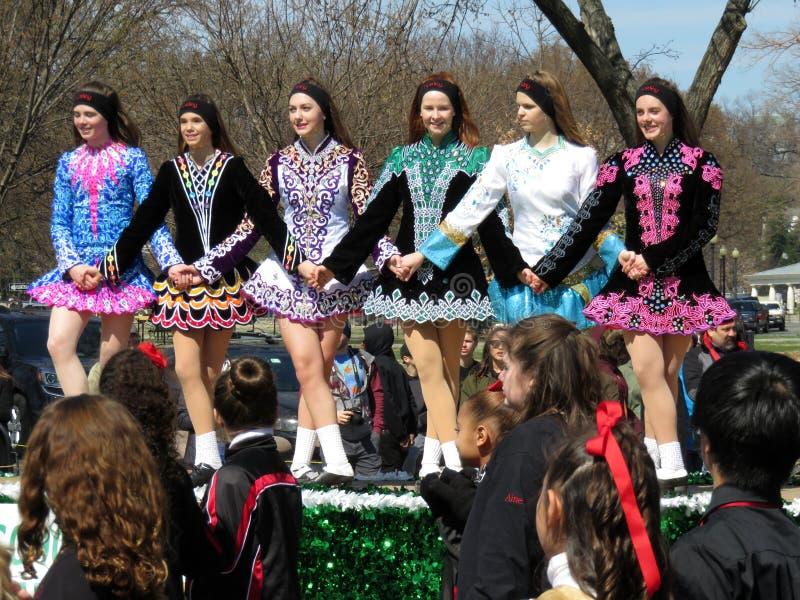Ierse Meisjes die in een lijn op de Dag van Heilige dansen Patrick ` s stock afbeelding