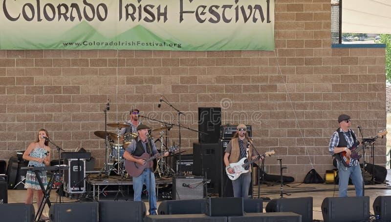 Ierse popgroep Commoners van Fort Collins die, Colorado, op het belangrijkste stadium van het Ierse Festival van Colorado prester royalty-vrije stock foto's
