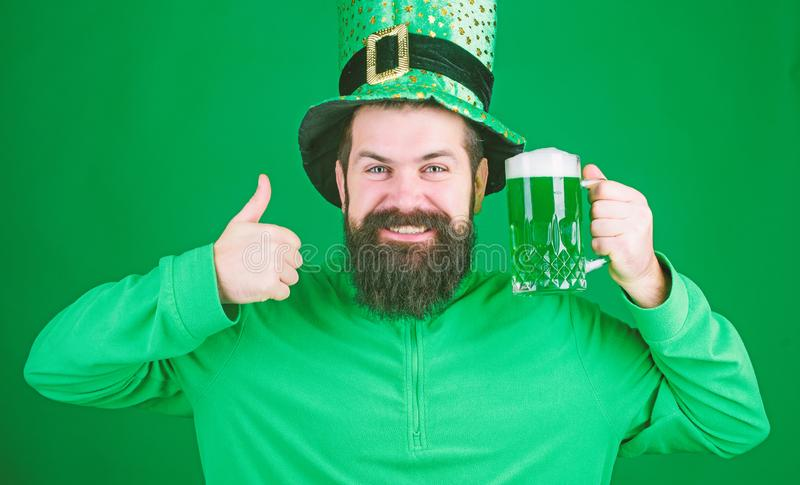 Ierse pub Viering van het bierdeelfeest Vest- en vakantiemenu Gepverfd groen traditioneel bier Laat patricks-feest beginnen stock foto