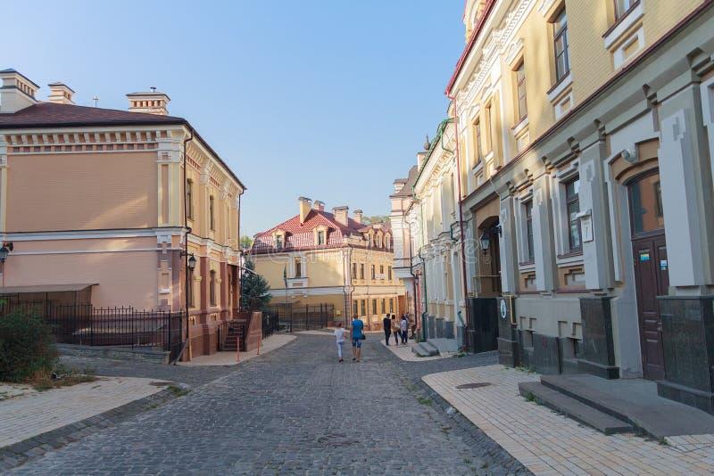 Iev Ukraina - September 20, 2015: Medborgare och besökare strosar i aftonen på Vozdvizhenka royaltyfri bild