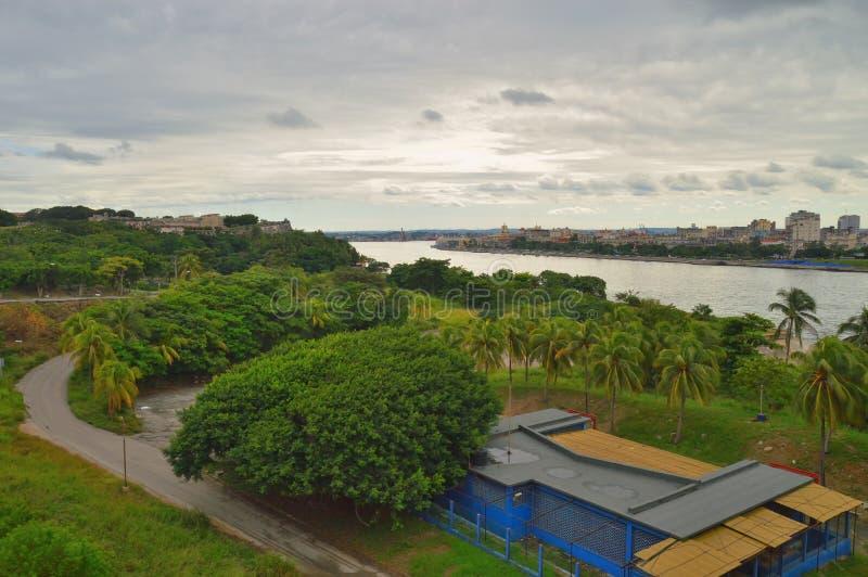 Iew του στενού θάλασσας, και αστικά κτήρια στην ιστορική Αβάνα, ενάντια στο σκηνικό των πράσινων δέντρων, του ουρανού και των σύν στοκ εικόνες