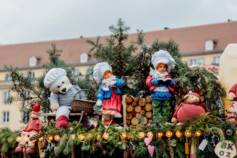 Iew das decorações do Natal, dos brinquedos e das casas do cenário no mercado do Natal em Dresden no Altmarkt quadrado foto de stock