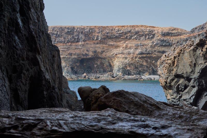 Iew del mar azul dentro de una de las cuevas de Ajuy formadas por la piedra caliza y las rocas volcánicas, Fuerteventura foto de archivo libre de regalías