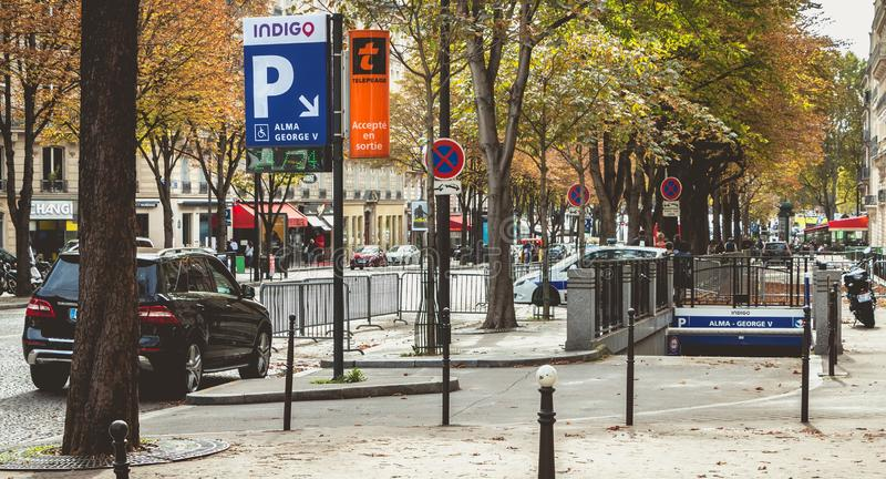 Iew des Eingangs zur Tiefgarage Alma Georges V in Paris, Frankreich stockfoto