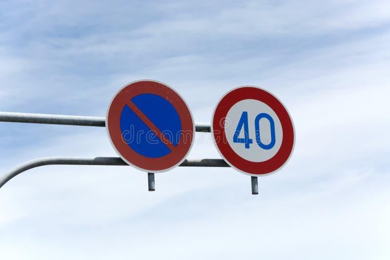 Iew su due segnali stradali rotondi sopra la strada accrescere la sicurezza stradale fotografie stock libere da diritti